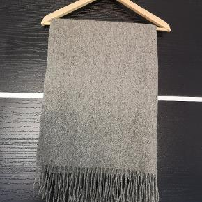 Uld tørklæde købt i Salling for 400 kr.