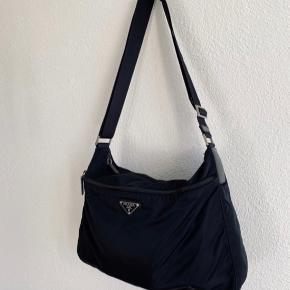 Sort Prada 'Messenger' bag. I god stand, uden misfarvninger eller huller. Fast pris:-)
