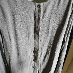Fin skjorte fra Margit Brandt i lysegrå, brugt får gange.  Tjek også mine andre annoncer ud. ✨