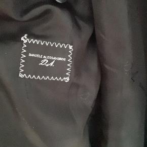 Lækker slim frakke i 70% uld. Størrelsen er 48/M, men slank i modellen, så passer også en S.