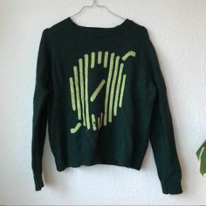 Mørkegrøn sweater fra Samsøe Samsøe 🌷 den har et Ø broderet på forsiden, broderingen er dog gået op i den ene side. Str. M. Indeholder 59% lammeuld og 9% Angora 🐏 dejlig varm!   Bemærk - Afhentes i 8210 eller sendes med dao. bytter ikke og sender ikke billeder med den på ☺️🌸  ⭐️ bluse strik sweater grøn flaskegrøn uld uldstrik uldsweater