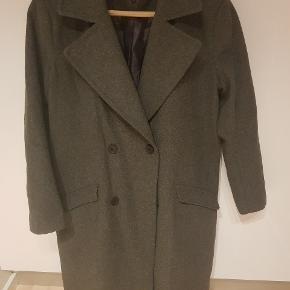 Super fin uld frakke, desværre købt for lille. Svarer til M. Fed lige nu.  I uge 42 gratis fragt så slå til nu.