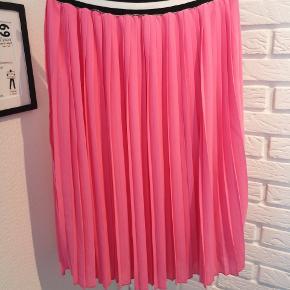 Sælger denne fine pink plissé nederdel fra (Black Run)  Neo Noir (Talula skirt) i str. Small. Den er ik brugt ret meget og fejler ik noget.