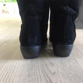 Fedeste støvler fra Bukela. Er i butikkerne nu. Sælges da jeg ikke længere må gå i spidse sko/støvler. Vildt fede og super pasform.