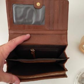 Skøn pung fra DKNY. Aldrig brugt til andet end en enkelt ferie.