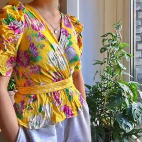 Skøn sommertop fra Zara med puf ærmer, aldrig blevet brugt. En smule krøllet , men dampes før den sendes