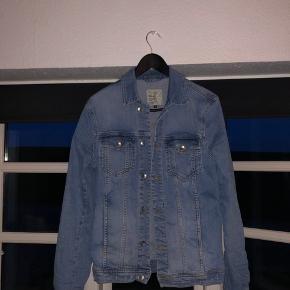 fbbd3b9a479 🥼Lækker denim jakke sælges 💸Np 600kr 💵Sælges for 200kr 📦Køber betaler  fragt