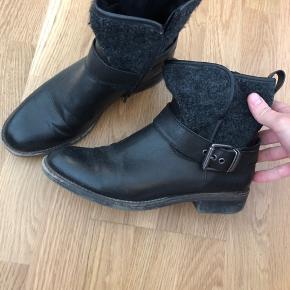 Fine sorte bikerstøvler, hælen trænger til at blive skiftet. Ellers i fin stand