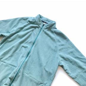 Sælger denne her blå fleece jakke fra Nike. Den er i en Xl men ville sagtens kunne passe L og Medium. Det er entligt en mandemodel, men kan sagtens bruges af kvinder. Den er ikke brugt særligt meget og har ingen tegn på slid.  Sælges da den dsv er for stor til mig. Skriv for flere billeder Byd!!