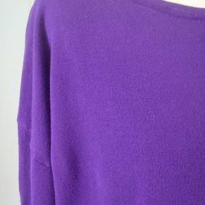 Skøn kort strik (80 viscose+20polyamid) i en klar lilla farve med sort kontrast. Brystvidde 124, længde 58 Intet byt!