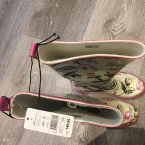 """Helt nye gummistøvler fra COOP- kostede 150,- købt til en festival, hvorfor der står navn i bunden og lidt skrammer fra en taske. Aldrig brugt- se toppen hvor det """"for"""" som er indeni er lidt løsnet- men det var det ved køb."""
