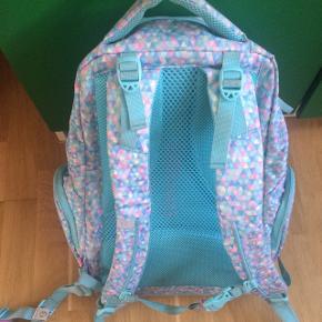 Beckmann of Norway ergonomisk skoletaske, brugt i 2. klasse af 1 pige. Den har selvfølgelig lidt smuds yderst for neden hvor den står, men er i rigtig pæn stand (dog er den ene del af mavespændet knækket af - kan stadig bruges, se foto 3) - og klar til brug til en pige i 2.-5. klasse. Masser af rum, reflekser samt neonfarver regnslag indbygget, der kan spændes over tasken. Kan afhentes i Aalborg Vestby. Sender ikke denne ... Nyprisen var 7-800 kr. i 2017. Købt i Neye!