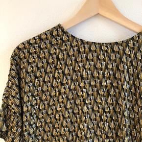 Superflot skjorte med grafisk mønster på sort bagrund i bomuld og løse ærmer.