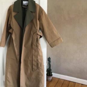Helt ny Ganni jakke.    Lige købt i København, men desværre købt for stor. Nypris er 2900 kr. ALDRIG brugt. BYD!!