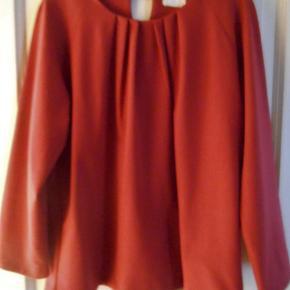 Bluse med foer i flot mørk rød farve Viscose/polyester/elastahn Brystmål 104 cm Længde 65 cm
