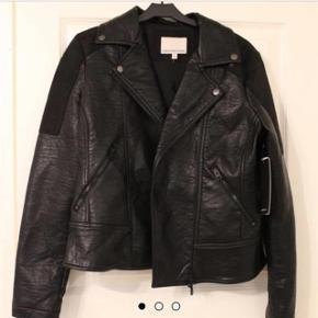 Calvin Klein jakke i 100% læder  Aldrig brugt - stadig med prisskilt på  Nypris 3500kr Bytter ikke Se også mine andre annoncer :-)