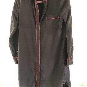 Så fin kjole i sort 100% silke fra Ganni.  Str. 34, men passer også str. 36 Kjolen fejler ingenting, ingen huller eller lign.  MP : 400,-kr pp 🌸  BYTTER IKKE