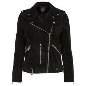 """Selected Femme SfSanella Leather Jacket i ægte, blødt ruskind. Perfekt til forår, kølige sommeraftener og efterår med plads til at have en strik indenunder. Cool biker snit 🕶  Jakken har:  🔸️Cool strop og knappedetaljer for et originalt biker look 🔸️Lommer med chunky lynlåse 🔸️Aftageligt bælte i talje 🔸️Indvendigt for, for ekstra komfort  Jeg købte min for nogle år siden, men modellen har været en populær klassiker, som er gået igen år efter år.   Jeg har dog passet rigtig godt på den, og den har derfor ingen synlig tegn på slid (huller, lugt eller lign. ) Man kan selvfølgelig se at den er blevet brugt gennem et par sæsoner (se billeder, synes de er meget fyldestgørende for standen) , men synes kun læderet er blevet blødere med årerne ! Den har fået noget pleje indimellem.   Farven har været mere sort da jeg købte den, og er blevet lidt mere """"wash black"""" at se på med tiden. Men det synes jeg bare giver et cool look 🤗 sælges da jeg har fået en ny jakke.  Vil mene både en str. 34 og 36 kan passe den, da selected femme tøj generelt er lidt store i størrelsen.   Kom gerne med bud, ville være så fedt at finde en ny ejer til den! Den er så tidløs, klassisk og vil med garanti gå igen de næste par år.  Kan afhentes i Charlottenlund eller sendes med DAO på købers regning."""