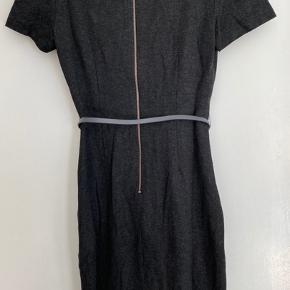 Day dress / office wear. Fin kjole med bælte.