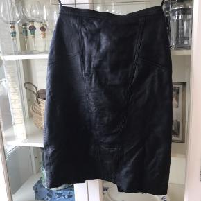 Vintage nederdel i det blødeste læder/skind med slids bagpå. Lynlås og knaplukning.