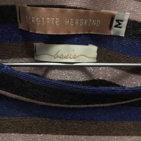 Aldrig brugt smuk Birgitte Herskind ikoniske Cee T-shirt . Sælges kun idet købt i forkert str. Inderside af T-shirt er viscose således at man ånder perfekt og yderside fin glimmer.