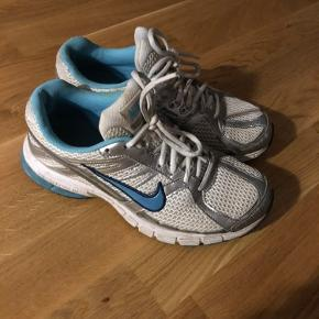 Retro vintage Nike sneakers. De har huller i hælene, som ses på billedet. 24 cm.