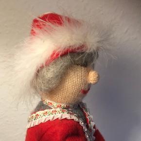 Senior Nisse Med glimt i øjet  Yderst velholdt gammel nisse med elegant udtryk   Gråt hår og skønt udtryk  Ca 35 cm høj   Julenisse jul julepynt nissemor Christmas pels røde støvler   Sender gerne    Se flere annoncer