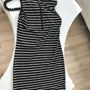 Varetype: Andet Farve: Sort Hvid  Rigtig fin kjoke sælges. Kan bruges både sommer og vinter. Jeg kan kontaktes på 42422704