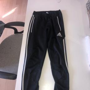 100kr Per styk 2 par Adidas bukser og 1 par Nike leggings  Kan hentes i 9700.