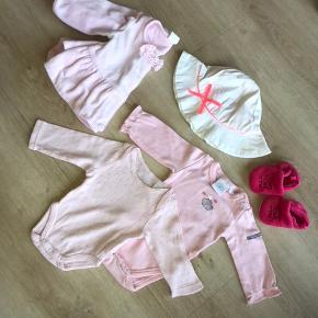 Tøjpakke til en nyfødt baby fra blandede mærker. 10 kr pr del, sælges samlet for 40,-  Bodyer købt i Frankrig i str 44 og 50. Cardigan H&M i str 56. Pink futter der passer til små fødder.   Sommerhat er solgt.
