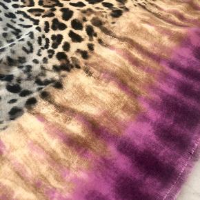 Statement sjal/tørklæde fra Guess  Stærke farver og lækkert spil mellem mønster og farver.  Det er 120*120 cm.  Fra røgfrit og dyrefrit hjem.  Købt i Californien, USA. Har endnu ikke fundet det rigtige outfit, så lader det nu gå videre, da det fortjener at blive brugt.