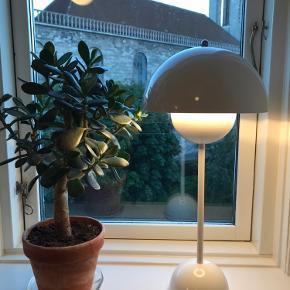 """Hvid og blank Verner Panton """"Flowerpot"""" Virkelig god stand uden ridser og andre skrammer.   Kan afhentes i Aarhus C."""