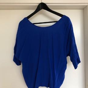Sød blå t-shirt bluse med åben ryg