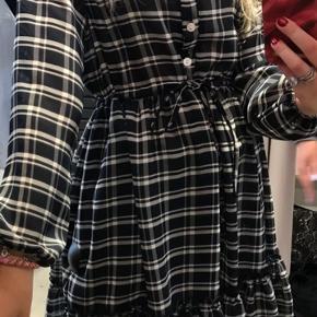 Jeg sælger den her sprit nye kjole da den ikke kunne byttes og jeg egentligt bare fortrød mit køb. Størrelsen hedder xs/s men jeg fitter S