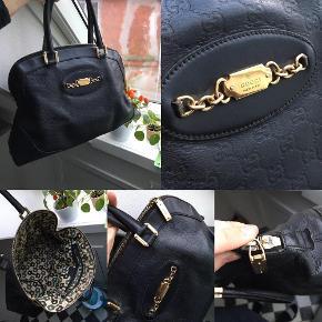 Varetype: Gucci Størrelse: M/L Farve: Sort Oprindelig købspris: 9800 kr.  Utrolig smuk og rummelig taske.  Tasken er brugt men i god stand. Har lidt brugsspor hist og her, men ikke noget alvorligt. Der er ikke huller i læder og ikke voldsom slid heller - blot alm. patina. Tasken er sort. Den ene lynlås tag mangler, men da tasken kan lynes fra begge sider, så ødelægger det intet og den anden virker 100%.   Alm. patina og lidt patina indvendigt især ved. syningen. Dog intet slemt i forhold til prisen. (se billeder)  Tasken kan afhentes i Kolding eller sendes mod betaling af fragt (forsendelse er på eget ansvar)  Np ligger på 1400-1600 dollars  Mp er 1899kr afhentet ellers plus forsendelse og plus tsgebyr.  Tilbehør haves ikke længere, men den kan nemt ses på min adresse ved interesse. :-)
