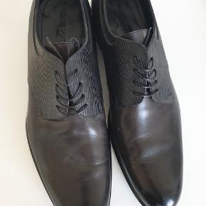 Disse utroligt fine og stilrene Louis Vuitton sko sælges, da de desværre er købt i en størrelse for lille.  De har været på en gang, så er næste som nye.  Er en str. 11 (46) men vil tro at en str. 45 kan passe dem :-)