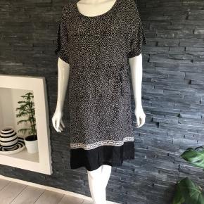 Sprit ny kjole fra Masai  Bryst 120 cm  Længde 100 cm