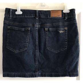 Denim nederdel i mærket 'Arizona'. Blød denim med stræk. Livvidde: 45 cm. X 2. Længde: 40 cm.