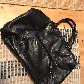 Stor og rummelig weekendtaske i blank sort PU skind. Fremstår som ny. Friis og Company.