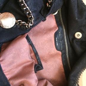 Flot Stella McCartney Falabella taske med plads til rigtig meget i, bland andet en computer. tasken er også god stand. Der hører en pung med til😀 skriv for spørgsmål eller billeder. Nyprisen er omkring de 7000. byd🙂 #30dayssellout