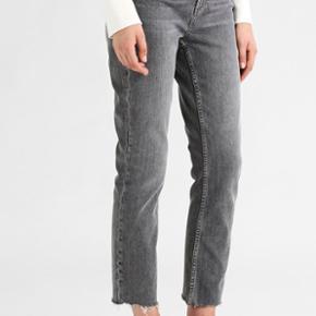 Jeans fra TOPSHOP i str w26l32 - det svarer cirka til en XS eller S Np: 449 kr - de er super behagelige  - blødt og elastisk stof
