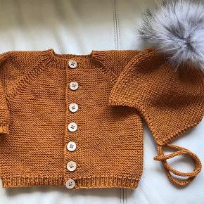 Hjemmestrikket sødt sæt til baby str 0-4 mdr strikket en smuk mørk karry farve i Sandnes merinould . Huen har ægte vaskebjørnskvast og hele sættet er strikket i topkvalitet . Lige fin til pige som til dreng 😊