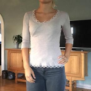 Sælger denne fine bluse fra Rosemunde Køber betaler fragt 🌸 Passes af alt fra en small til lille large
