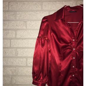 Red satin❤️ Passer størrelse 32-36. Kan kombineres med jeans, nederdel eller bukser. Flere billeder haves og kan sendes.