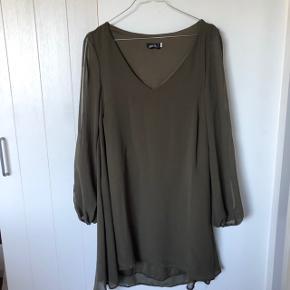 Sælger denne fine armygrønne kjole fra mærket Zack London - aldrig brugt