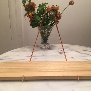 Lille hylde købt i Søstrene Grene. Måler 35 x 10 cm. På bagsiden er der kommet en skjold efter et stearinlys (se billed 4) dette ses dog ikke, når hylden hænger.