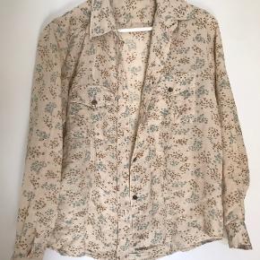 Skjorte lavet af 100% bomuld. Aldrig brugt. Kommer fra et røgfrit hjem. Prisen er til forhandling ved hurtig handel. Sender gerne.