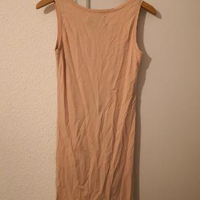 Rosa lang top/t-shirt med bred strop. Har aldrig været brugt. Str. S/M.   🔹Sender gerne/køber betaler porto 🔹Returnerer ikke 🔹Køber betaler ts gebyr 🔹Fra røgfri og dyrefri hjem