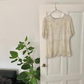 Sténay vintage bluse m. de fineste pailletter str. M ✨ Materiale: 100% silke håndlavet fra Indien 🇮🇳  Byd gerne kan både afhentes i Århus C eller sendes på købers regning 📮✉️