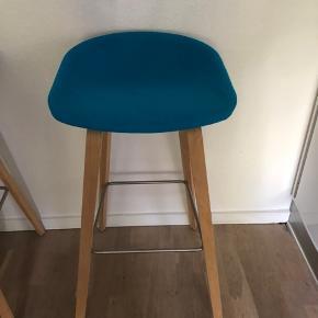Hay barstol man sidder godt i den og så er den polstret for ekstra god komfort😊👌🏼 Har kun stået til pynt.